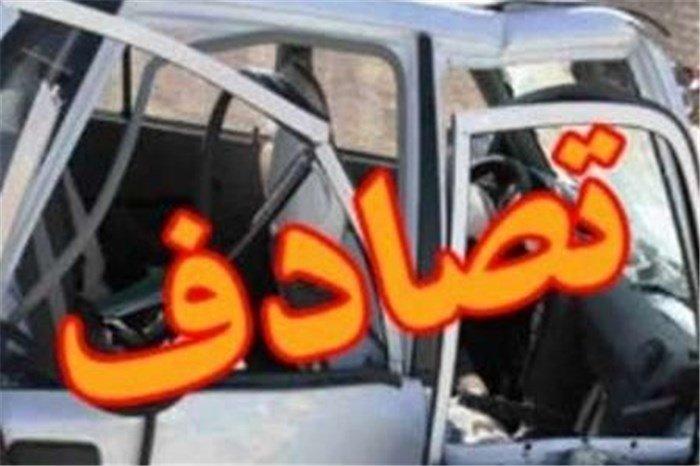 تصادف شدید خودرو سواری با تیر چراغ برق