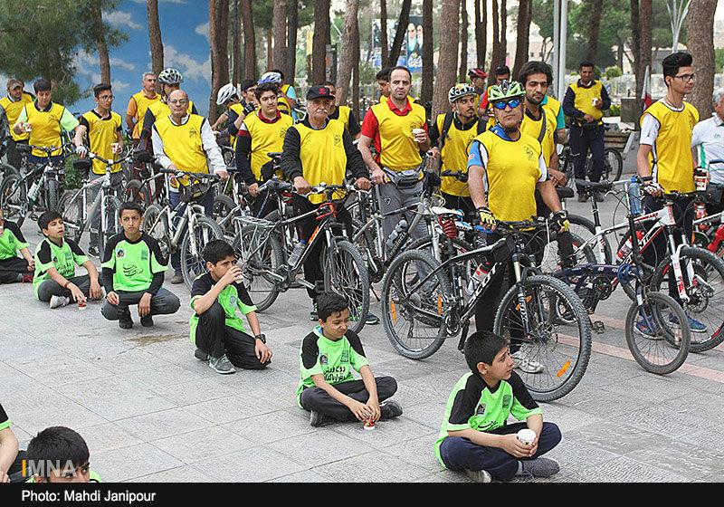 دوچرخه سواران به یاد شهدا پا به رکاب شدند