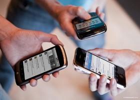 استفاده طـولانـیمـدت تلفن همراه بر سلامت گردن و کمر تاثیر منفی دارد