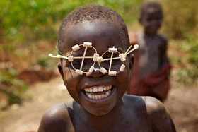 لبخند و شادی به عنوان چسب اجتماعی روابط عاطفی را پیوند می دهد
