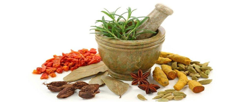 بهترین ادویهها و گیاهان دارویی تقویتکننده سیستم ایمنی/ آب لیموی تازه بخورید