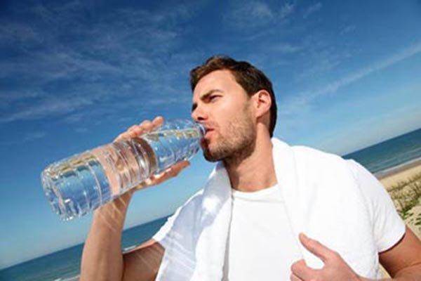 نوشیدن آب در حین تمرین، راهکار مهم در کاهش دردهای عضلانی