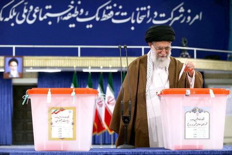 رهبر معظم انقلاب رای خود را به صندوق انداختند - عكس