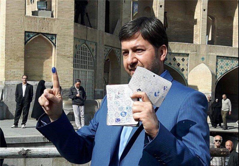 شهردار اصفهان و مدیران شهری به پای صندوق های رای رفتند