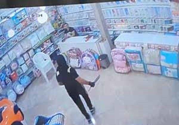 حمله وحشیانه دو شرور با قمه به صاحب فروشگاه+فیلم