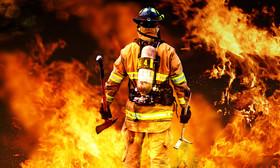 جان بر کف و دل میان آتش داری!
