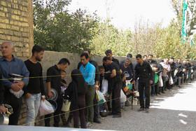 توزیع غذای نذری در روستای راشنان