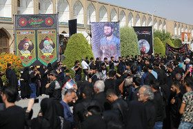 عزاداری و اقامه نماز ظهر عاشورا در میدان امام اصفهان