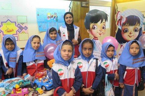 دانشآموزان نیازمند اصفهانی از بستههای لوازمالتحریر هلال احمر بهرهمند شدند