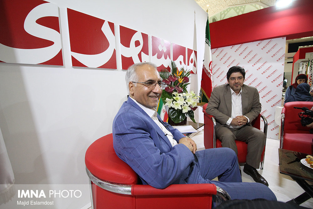 Isfahan mayor visits IMNA pavilion at 23rd Press Exhibition