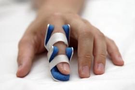 انگشت ماشه ای؛ بیماری شایع در میان زنان میانسال/ عادت انگشت شکاندن، مقدمه شروع بیماری است