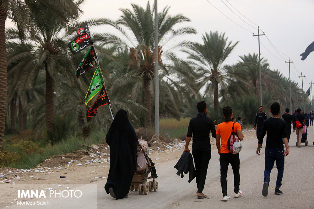 Marching pilgrims from Karbala to Najaf on Arbaeen