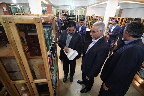 بازدید شهردار اصفهان از کتابخانه مرکزی به مناسبت روز کتاب و کتابخوانی