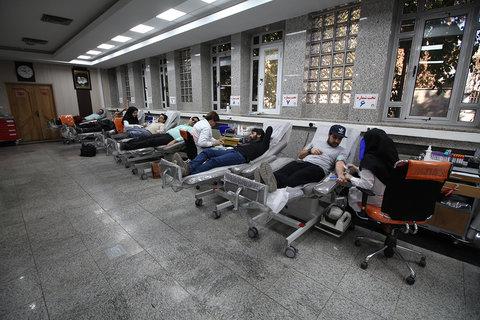 اهدای خون مردم اصفهان برای کمک به زلزله زدگان کرمانشاه (کمکی از جنس خون)