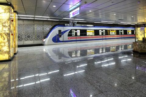بازدید شهردار از مترو به خاطر اولین روز حرکت قطار از ساعت 6:30 صبح ایستگاه ازادی