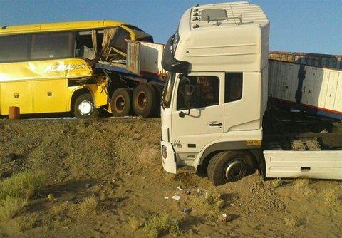 تصادف اتوبوس با تریلر ۱۴ مصدوم بر جای گذاشت