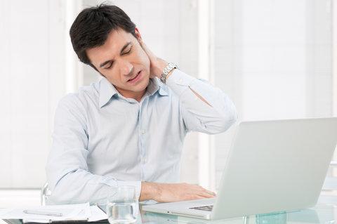 گردن درد چرا به وجود میآید و چطور درمانش کنیم؟