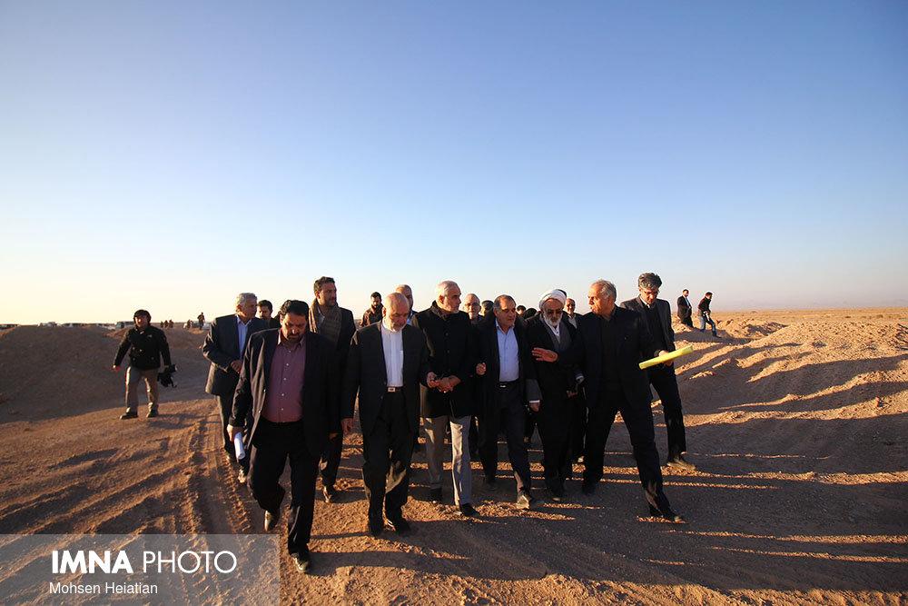بازدید مسئولین و خبرنگاران استان اصفهان از پروژه بیابانزدایی شرق اصفهان