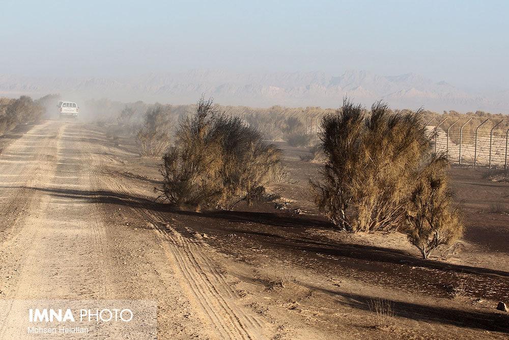 طوفان لحظهای توام با گرد و خاک شرق اصفهان را در بر میگیرد