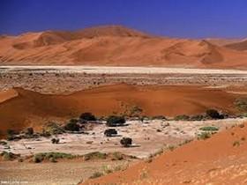 مالچ پاشی یک هزار هکتار از زمین های بیابانی شرق اصفهان