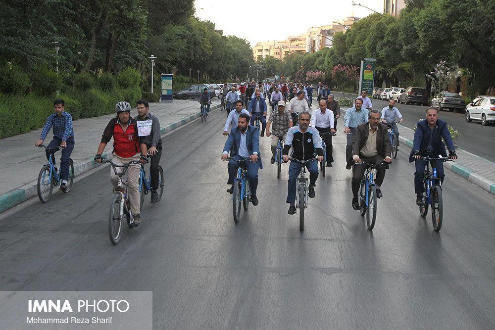 استاد دانشگاه: مدیران سختگیری نکنند؛ کارمندان دوچرخه سواری کنند