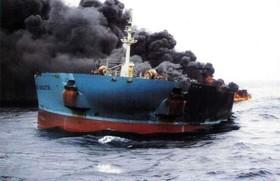 عملیات کُند مهار آتش نفتکش به دلیل انفجارهای پیدرپی