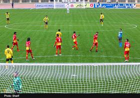 اعتراض قلعه نویی به بازیکنان سپاهان، علیرغم پیروزی در نیمه نخست
