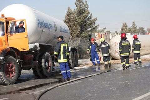 واژگونی یک دستگاه کامیون کشنده حامل گاز مایع در محور آزادگان