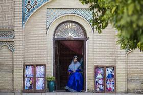 زنی با لباس محلی در آرامگاه حافظ