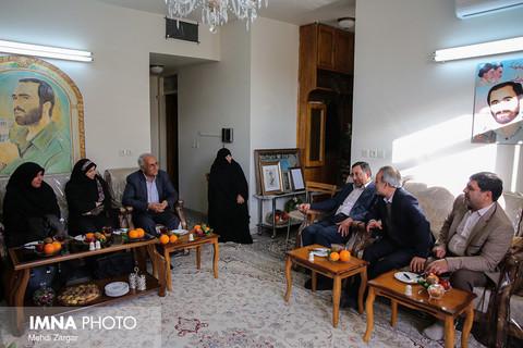 دیدار شهردار اصفهان با مادر شهید حاج حسین خرازی- ۷ اسفند ۱۳۹۶