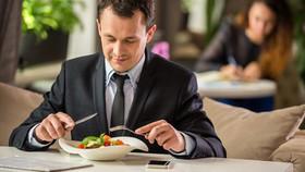 هنگام غذا خوردن صحبت نکنید