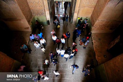 بازدید مسافران نوروزی از عالی قاپو و مسجد شیخ لطف الله