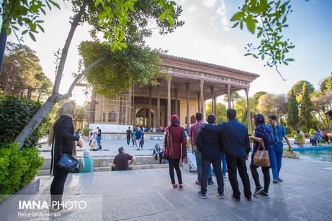 بازدید مسافران نوروزی از عمارت چهلستون