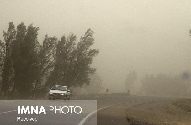 وزش باد و گرد و خاک محلی در شرق اصفهان