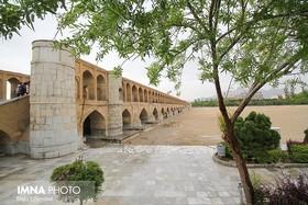وزش باد و رگبار باران در اصفهان