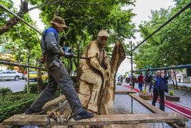 مجسمه های چوبی، زینتبخش خیابان چهارباغ