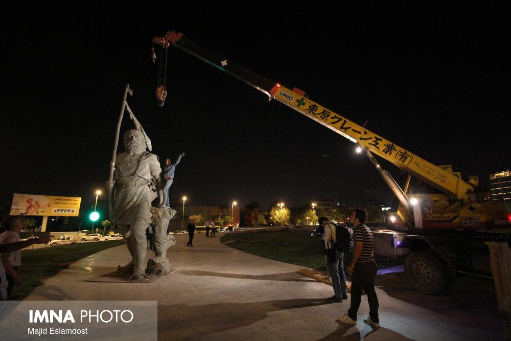 """نصب دوباره تندیس """"کاوه آهنگر"""" در میدان آزادی"""