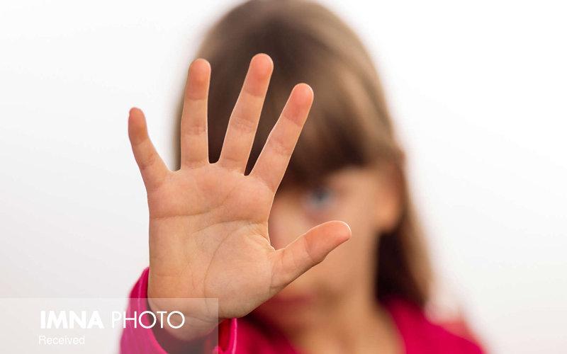 کدام یک از رفتارهای بزرگسالان کودک آزاری محسوب میشود؟