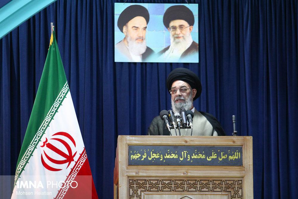 امام جمعه اصفهان: رهبر انقلاب ذرهای از اصول عقبنشینی نکردند