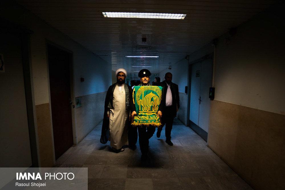 حضور خادمان حرم رضوی در بیمارستان امام حسین(ع)