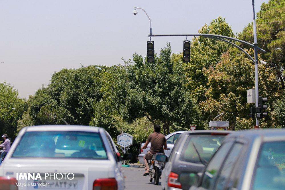 واژگونی چندین خودرو به دنبال لغزندگی خیابان ها