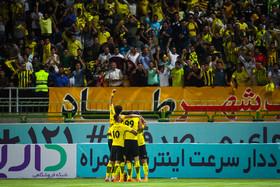 حمایت هواداران سپاهان با پیراهن های مشکی