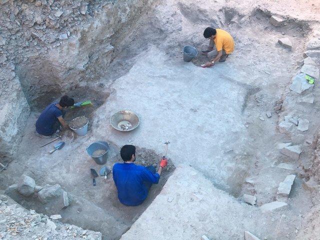 سکونت چند بی خانمان در ترانشه های باستانی تپه اشرف اصفهان