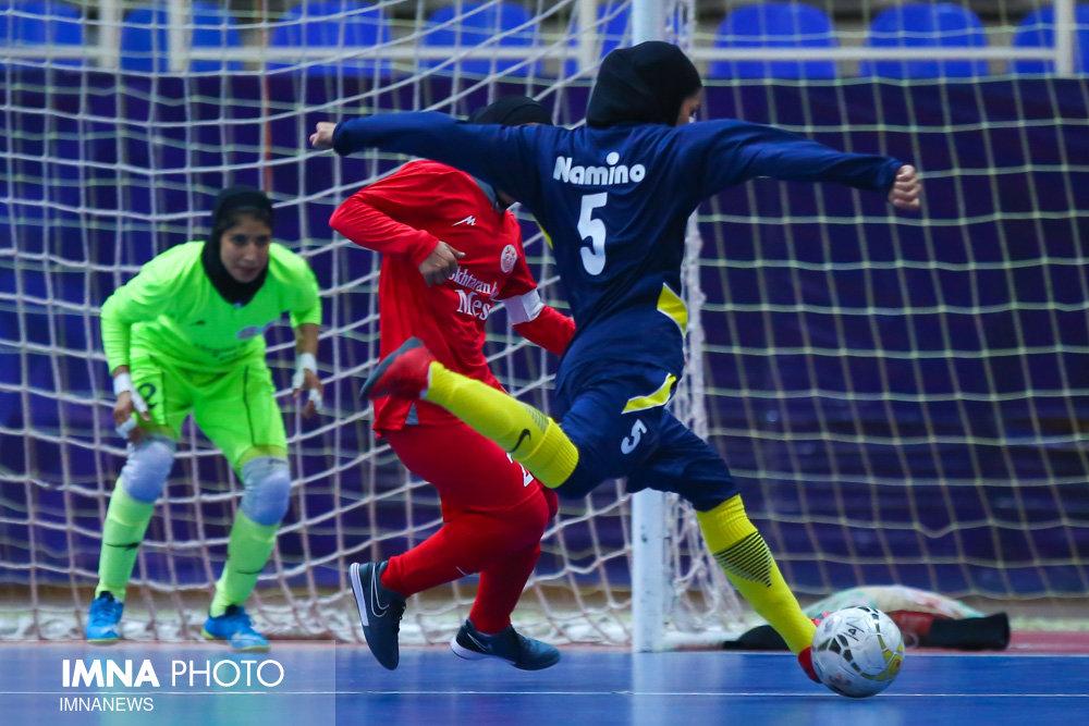 شکست سنگین هیئت فوتبال اصفهان در خانه/ نامی نو نخستین پیروزی خود را به دست آورد