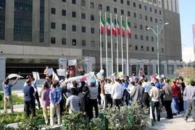 تجمع مخالفان مبارزه با تامین مالی تروریسم مقابل مجلس