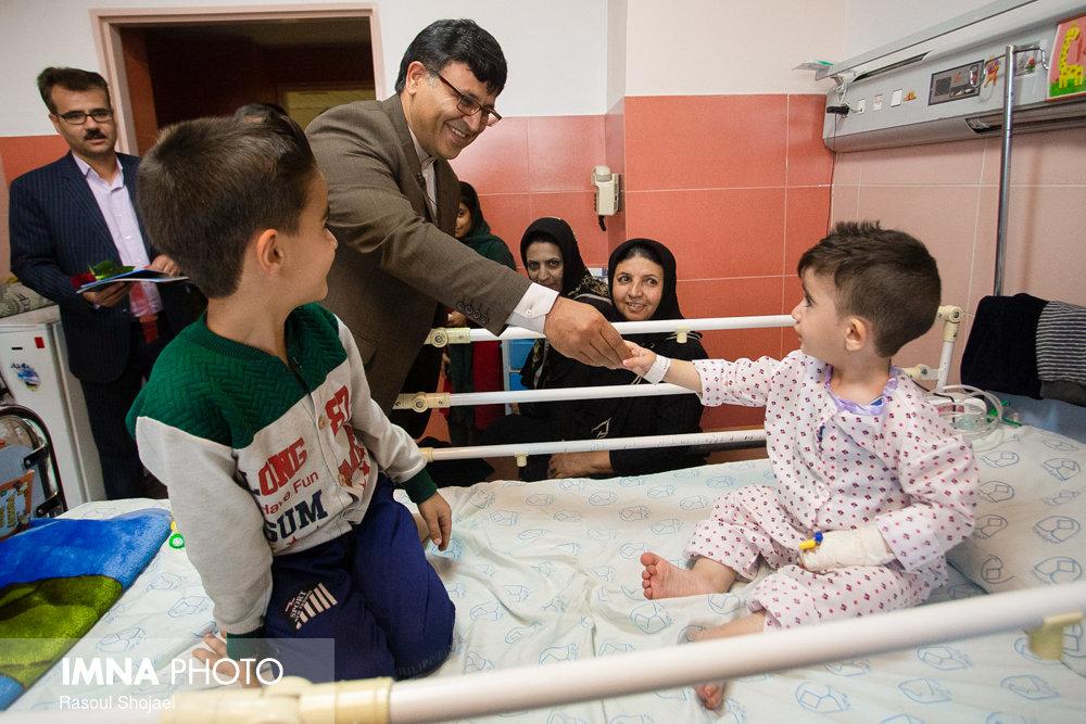 بازدید معاون شهردار از بیمارستان کودکان امام حسین به مناسبت روز جهانی کودک