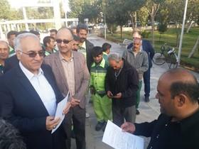 قدردانی کارگران خدمات شهری منطقه ۱۰ از شهردار اصفهان