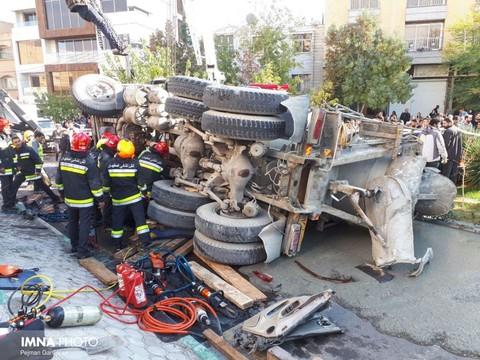 واژگونی کامیون میکسر از روی پل مطهری/راننده پژو جان باخت