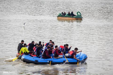 مسابقه قایقرانی خانوادگی در زاینده رود