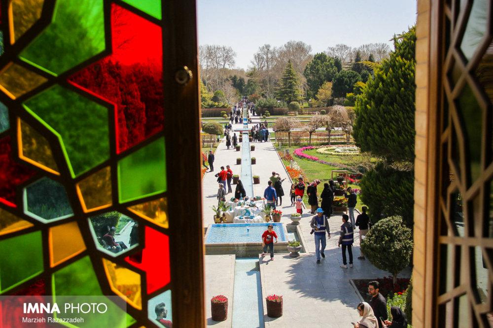 بازدید مسافران نوروزی از باغ گلها